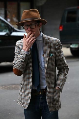 Cómo combinar: blazer de tartán en blanco y marrón, camisa de vestir celeste, vaqueros azul marino, sombrero marrón