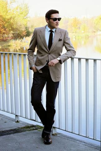 Cómo combinar: blazer marrón claro, camisa de vestir celeste, vaqueros negros, zapatos derby de cuero en marrón oscuro
