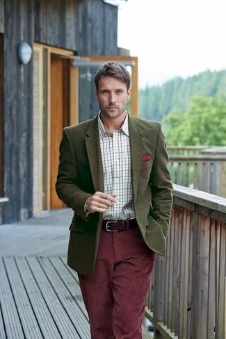 Cómo combinar: blazer de lana verde oliva, camisa de vestir a cuadros blanca, vaqueros de pana burdeos, pañuelo de bolsillo rojo