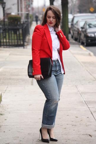 Cómo combinar: blazer rojo, camisa de vestir blanca, vaqueros desgastados grises, zapatos de tacón de cuero negros
