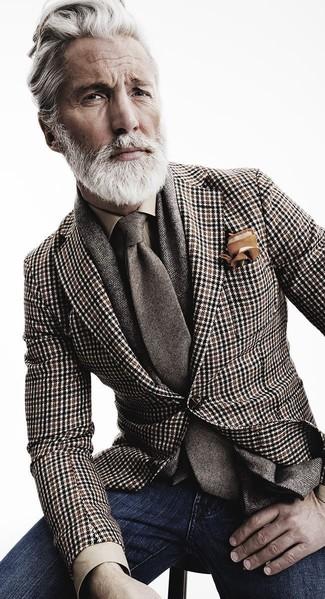 Cómo combinar: blazer de pata de gallo marrón, camisa de vestir marrón claro, vaqueros azul marino, corbata de lana gris