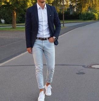 Cómo combinar: blazer azul marino, camisa de vestir blanca, vaqueros pitillo celestes, tenis de cuero blancos