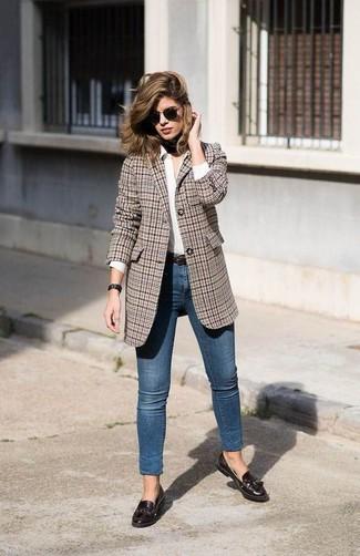 Utiliza un blazer de tartán marrón y unos vaqueros pitillo azules de Saint Laurent para una apariencia fácil de vestir para todos los días. Luce este conjunto con mocasín con borlas de cuero marrón oscuro.