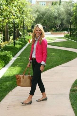Para un atuendo que esté lleno de caracter y personalidad considera emparejar un blazer rosa con unos vaqueros pitillo negros. ¿Te sientes valiente? Haz mocasín de cuero gris oscuro tu calzado.