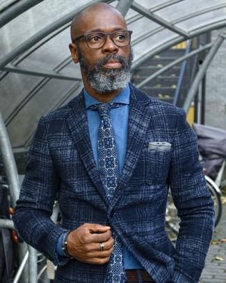 Cómo combinar: blazer de lana de tartán azul marino, camisa vaquera azul, corbata estampada en azul marino y blanco, correa de cuero en marrón oscuro