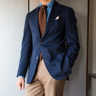 Cómo combinar: blazer azul marino, camisa vaquera azul, pantalón chino marrón claro, corbata de lana marrón
