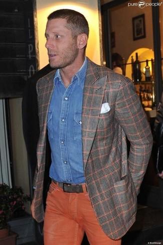 Cómo combinar: blazer de tartán gris, camisa vaquera azul, vaqueros naranjas, pañuelo de bolsillo blanco
