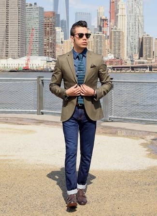 Para crear una apariencia para un almuerzo con amigos en el fin de semana empareja un blazer verde oliva con unos vaqueros pitillo azul marino. ¿Te sientes valiente? Haz zapatos con doble hebilla de cuero en marrón oscuro tu calzado.