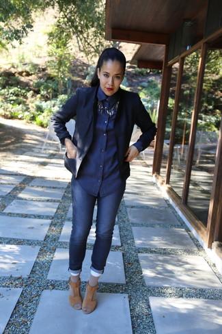 Emparejar un blazer azul marino y un collar plateado es una opción cómoda para hacer diligencias en la ciudad. Sandalias de tacón de ante marrón claro son una forma sencilla de mejorar tu look.