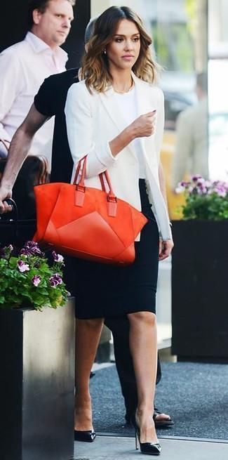Look de Jessica Alba: Blazer Blanco, Camiseta con Cuello Circular Blanca, Falda Lápiz Negra, Zapatos de Tacón de Cuero Negros