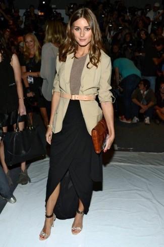 Look de Olivia Palermo: Blazer en beige, Camiseta con cuello circular marrón, Falda larga con recorte negra, Sandalias de tacón de cuero con print de serpiente grises