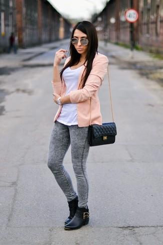 Una camiseta con cuello circular y unos leggings vaqueros grises son una opción grandiosa para el fin de semana. Completa tu atuendo con botines chelsea de cuero negros para mostrar tu lado fashionista.