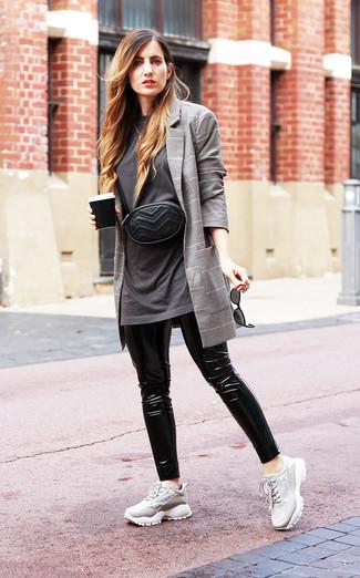 Cómo combinar: blazer de tartán gris, camiseta con cuello circular en gris oscuro, leggings de cuero negros, deportivas grises