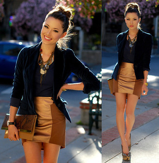 Considera ponerse un blazer de terciopelo azul marino y una minifalda y te verás como todo un bombón. Dale onda a tu ropa con zapatos de tacón plateados.