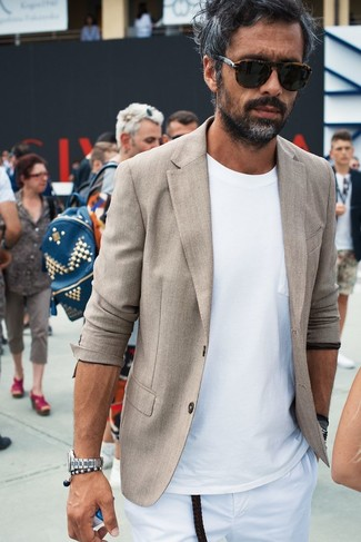 Cómo combinar: blazer de lino en beige, camiseta con cuello circular blanca, pantalón chino blanco, gafas de sol en marrón oscuro