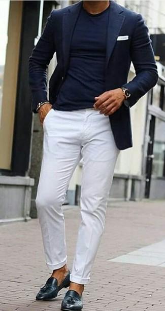 Cómo combinar: blazer azul marino, camiseta con cuello circular azul marino, pantalón chino blanco, mocasín con borlas de cuero negro
