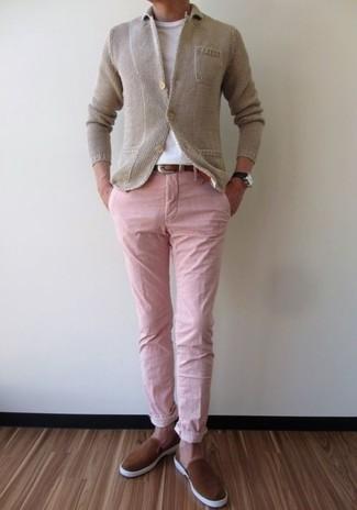 Cómo combinar: blazer de punto en beige, camiseta con cuello circular blanca, pantalón chino rosado, zapatillas slip-on de ante marrónes