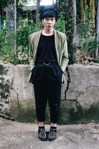 Cómo combinar: blazer verde oliva, camiseta con cuello circular negra, pantalón chino negro, sandalias de cuero en marrón oscuro