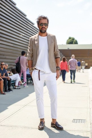 Cómo combinar: blazer de lino en beige, camiseta con cuello circular blanca, pantalón de vestir de lino blanco, mocasín con borlas de cuero en marrón oscuro