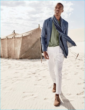 Cómo combinar: blazer de lino azul, camiseta con cuello circular verde oliva, pantalón de vestir blanco, botas safari de ante marrónes