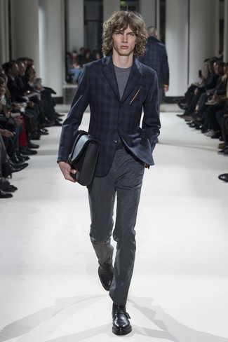Cómo combinar: blazer de tartán azul marino, camiseta con cuello circular gris, pantalón de vestir de lana en gris oscuro, zapatos con hebilla de cuero negros