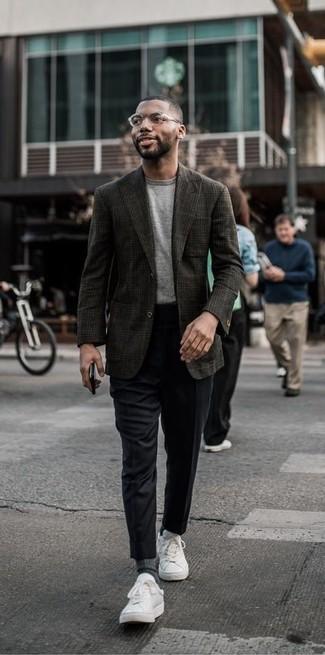 Cómo combinar: blazer de lana de tartán en marrón oscuro, camiseta con cuello circular gris, pantalón de vestir negro, tenis de cuero blancos
