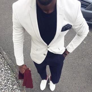 Cómo combinar: blazer blanco, camiseta con cuello circular negra, pantalón de vestir azul marino, mocasín de cuero blanco