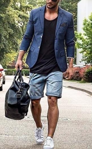 Cómo combinar: blazer azul marino, camiseta con cuello circular negra, pantalones cortos vaqueros celestes, tenis de lona blancos