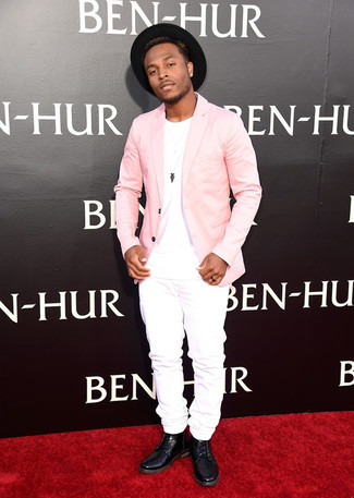 Cómo combinar: blazer rosado, camiseta con cuello circular blanca, vaqueros blancos, botas casual de cuero negras