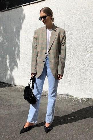 Cómo combinar: blazer de tartán gris, camiseta con cuello circular blanca, vaqueros celestes, zapatos de tacón de ante negros