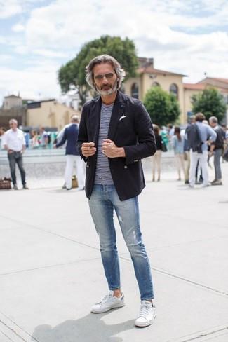 Cómo combinar: blazer de algodón negro, camiseta con cuello circular de rayas horizontales en azul marino y blanco, vaqueros pitillo desgastados azules, tenis blancos