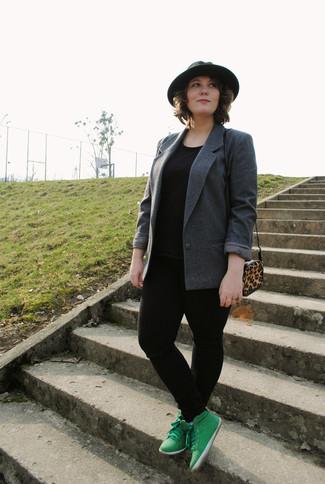 Para un atuendo que esté lleno de caracter y personalidad usa un blazer gris oscuro y unos vaqueros pitillo negros. Zapatillas altas verdes resaltaran una combinación tan clásico.