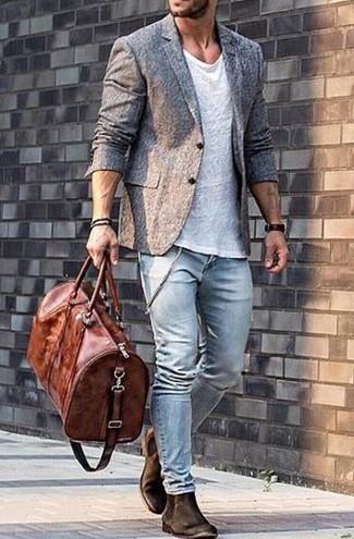 Si buscas un look en tendencia pero clásico, intenta combinar una camiseta con cuello circular blanca con unos vaqueros pitillo celestes. Dale onda a tu ropa con botines chelsea de ante marrón oscuro.