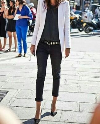 Cómo combinar: blazer blanco, camiseta con cuello circular en gris oscuro, vaqueros pitillo negros, zapatos de tacón de ante negros