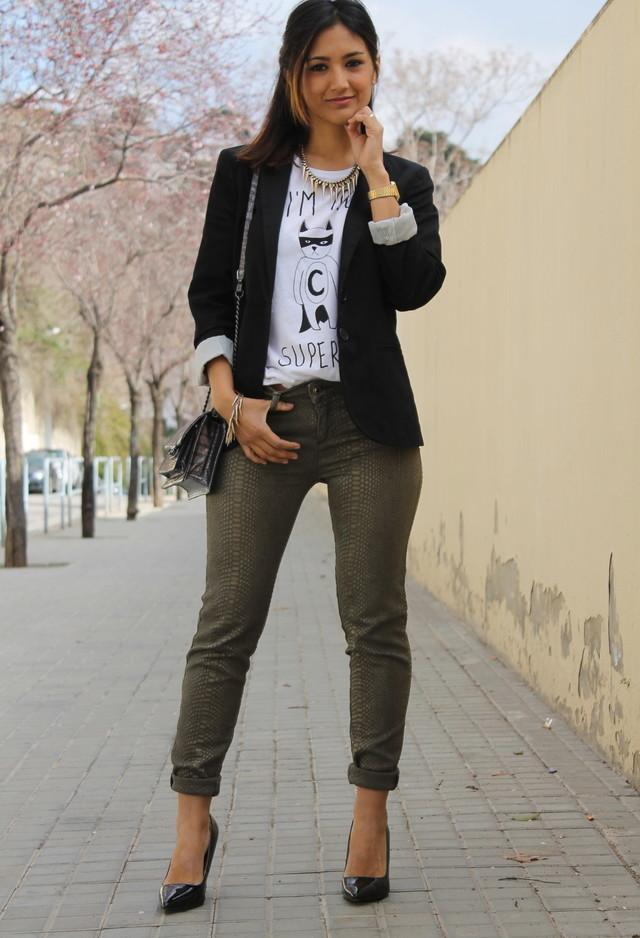 Combinar blazer negro de mujer
