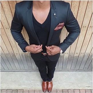 Cómo combinar: blazer negro, camiseta con cuello en v negra, pantalón chino negro, mocasín de cuero en tabaco