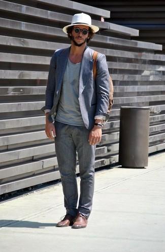 Luce lo mejor que puedas en un blazer de algodón azul de hombres de Paul Smith y un pantalón de vestir de lino gris. Dale un toque de elegancia a tu atuendo con un par de zapatos oxford de cuero marrónes.