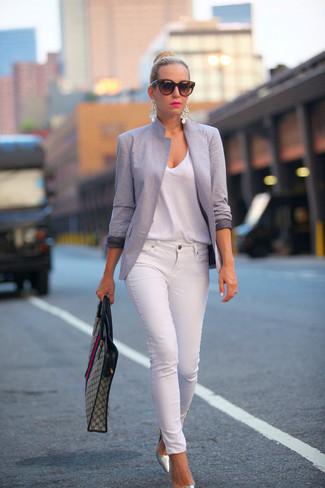 Look de moda: Blazer Gris, Camiseta con Cuello en V Blanca, Vaqueros Pitillo Blancos, Zapatos de Tacón de Cuero Plateados