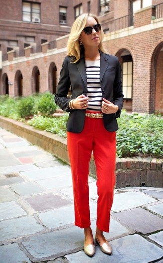 Cómo combinar: blazer negro, camiseta de manga larga de rayas horizontales en blanco y negro, pantalón de vestir rojo, mocasín de cuero dorados