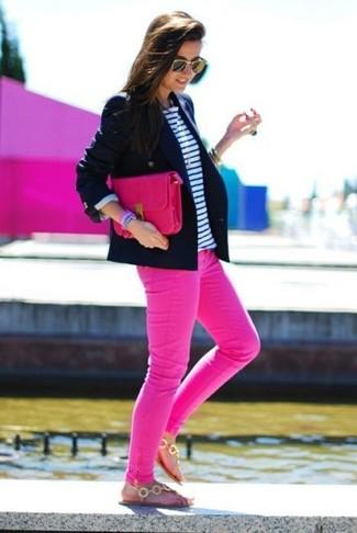 Los días ocupados exigen un atuendo simple aunque elegante, como un blazer azul marino y unos vaqueros pitillo rosa de mujeres de J Brand. Haz este look más informal con sandalias de dedo doradas.