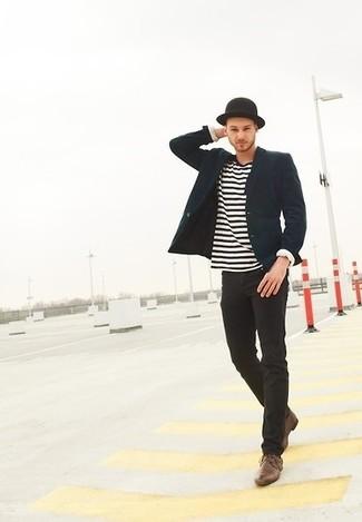 Cómo combinar: blazer azul marino, camiseta de manga larga de rayas horizontales en blanco y negro, vaqueros pitillo negros, zapatos derby de cuero marrónes