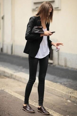 Cómo combinar: blazer negro, camiseta sin manga blanca, leggings negros, zapatos oxford de cuero en marrón oscuro