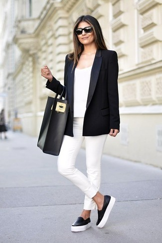 Usa un blazer negro y unos pantalones pitillo blancos para un look diario sin parecer demasiado arreglada. Haz este look más informal con zapatillas slip-on de cuero negras.