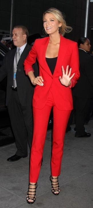 Cómo combinar: blazer rojo, camiseta sin manga negra, pantalones pitillo rojos, sandalias romanas de cuero negras