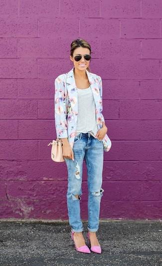 Usa un blazer de flores celeste y unos vaqueros boyfriend desgastados celestes para cualquier sorpresa que haya en el día. Elige un par de zapatos de tacón de ante rosados para mostrar tu lado fashionista.
