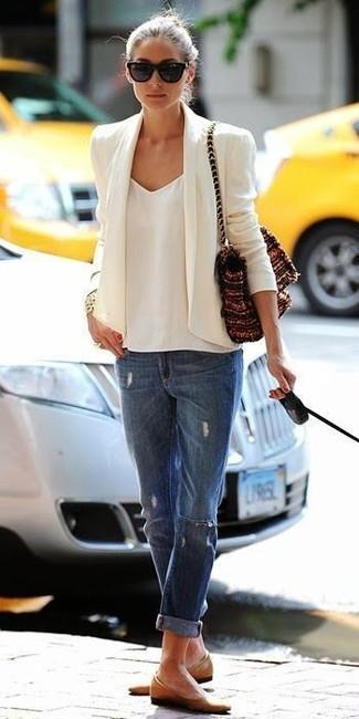 Look de Olivia Palermo: Blazer Blanco, Camiseta sin Manga de Gasa Blanca, Vaqueros Boyfriend Desgastados Azules, Bailarinas de Cuero Marrón Claro
