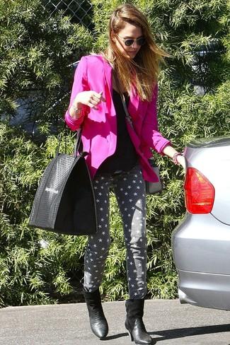 Look de Jessica Alba: Blazer Rosa, Camiseta sin Manga Negra, Vaqueros Pitillo de Estrellas Grises, Botines de Cuero con print de serpiente Negros