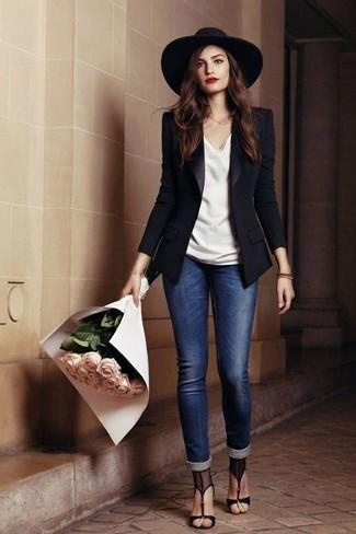 Equípate un blazer negro con unos vaqueros pitillo azules para crear una apariencia elegante y glamurosa. Sandalias de tacón de malla negras dan un toque chic al instante incluso al look más informal.