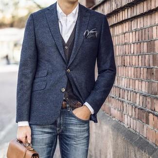 Cómo combinar: blazer de lana azul marino, cárdigan en gris oscuro, camisa de manga larga blanca, vaqueros azul marino
