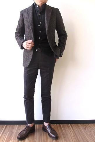 Cómo combinar: blazer de lana en marrón oscuro, cárdigan negro, camisa de manga larga a cuadros en gris oscuro, pantalón de vestir en marrón oscuro